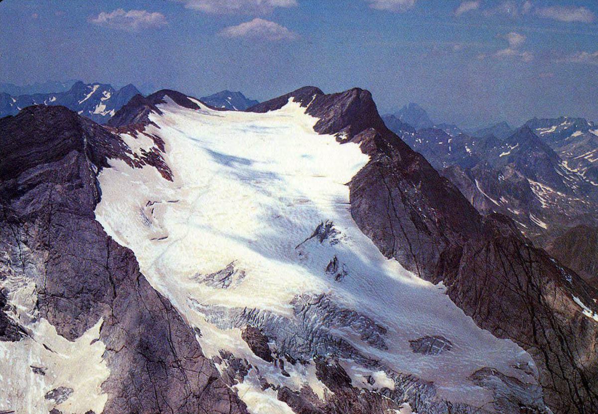 Carte postale du glacier d'Ossoue, au Vignemale, dans les années 1970.