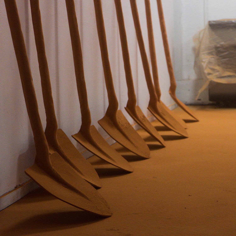 4.rolling-stones-shovels-lea-lalanne-installation-pelles-en-terre-cuites-dnsep-2020.jpg